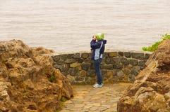 在一个沿海观点的Birdwatcher 库存照片