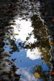 在一个泥泞的水坑的天空 库存照片