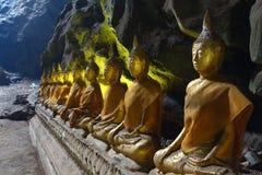 在一个洞的菩萨雕象在Khao Luang寺庙 免版税库存照片