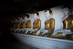 在一个洞的Buddhas在缅甸 免版税库存照片