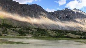 在一个活泼的多云夏日期间,冰川湖的美好的通风timelapse一个加拿大落矶山脉风景的 ?treadled 股票录像