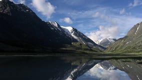 在一个活泼的多云夏日期间,冰川湖的美好的通风timelapse一个加拿大落矶山脉风景的 ?treadled 影视素材