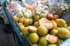 在一个流动推车的新鲜的蜜桔桔子在Phra Athit路,曼谷,泰国的出售的 图库摄影