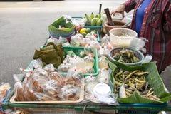 在一个流动推车的泰国东北样式食物在Phra Athit路,曼谷,泰国的出售的 免版税图库摄影