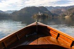 在一个流血的湖的木租小船,面对有拷贝空间著名游人的布莱德湖海岛的小船的末端 图库摄影