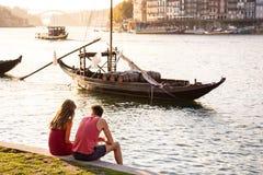 在一个浪漫设置的年轻夫妇由海 免版税库存照片