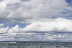 在一个浪潮起伏的湖的云彩 免版税库存照片