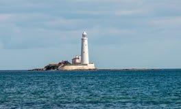 在一个海岛上的一座灯塔在泰恩河畔纽卡斯尔,英国附近的惠特利海湾 图库摄影