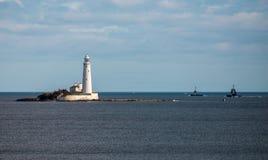 在一个海岛上的一座灯塔在泰恩河畔纽卡斯尔,英国附近的惠特利海湾 免版税库存图片