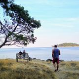 在一个海岛上的冥想的人由岸认为和 免版税库存照片