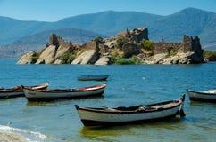 在一个海岛上的拜占庭式的堡垒在Bafa湖,土耳其 库存照片