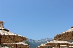 在一个海岛上的沙滩伞在希腊 免版税库存图片