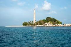 在一个海岛上的白色灯塔在勿里洞岛 库存图片