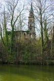 在一个海岛上的老教会废墟在湖 免版税库存照片