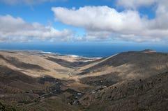 在一个海岛上的谷多云天空的 免版税库存图片