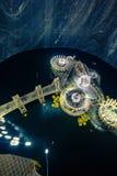 在一个海岛中间的圆的湖有被环绕的平台的 免版税库存图片