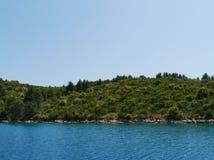在一个海湾的一艘蓝色船在克罗地亚 免版税库存图片