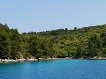 在一个海湾的一艘蓝色船在克罗地亚 免版税库存照片
