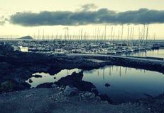 在一个海湾的小游艇船坞游艇晴天 库存图片