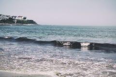 在一个海滩的卷曲的波浪在海洋 库存图片