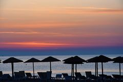 在一个海滩的日出在卡泰里尼,希腊 免版税库存照片