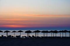 在一个海滩的日出在卡泰里尼,希腊 免版税图库摄影