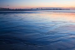 在一个海滩的日落在比利时 免版税库存照片
