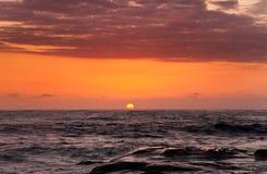 在一个海滩的日落在西海岸加利福尼亚北部 免版税库存照片