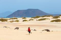 在一个海滩的未知的男性kitesurfer在Corralejo,费埃特文图拉岛,加那利群岛,西班牙 库存图片