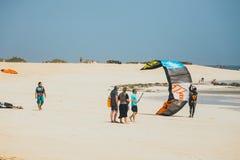 在一个海滩的未知的kitesurfers在Corralejo,费埃特文图拉岛,加那利群岛,西班牙 图库摄影