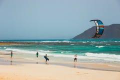 在一个海滩的未知的kitesurfers在Corralejo,费埃特文图拉岛,加那利群岛,西班牙 免版税库存图片