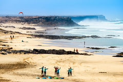 在一个海滩的未知的kitesurfers在El Cotillo村庄在费埃特文图拉岛海岛, Sp 免版税图库摄影