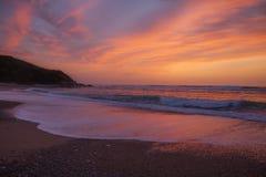 在一个海滩的桃红色日落在Saint吉恩在法国南部的de Luz附近, 免版税库存图片