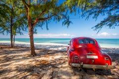 在一个海滩的经典汽车在古巴 免版税库存图片