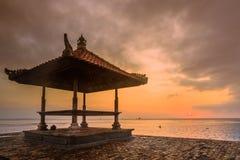 在一个海滩的美好的日出在巴厘岛印度尼西亚 库存图片