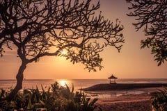 在一个海滩的美好的日出在巴厘岛印度尼西亚 免版税库存图片