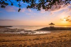 在一个海滩的美好的日出在巴厘岛印度尼西亚 免版税库存照片