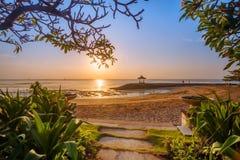 在一个海滩的美好的日出在巴厘岛印度尼西亚 图库摄影