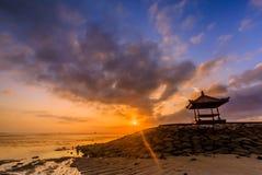 在一个海滩的美好的日出在巴厘岛印度尼西亚 库存照片