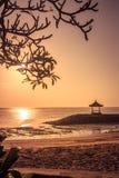 在一个海滩的美好的日出在巴厘岛印度尼西亚 免版税图库摄影