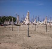 在一个海滩的阳伞在一个夏日 免版税图库摄影