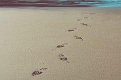 在一个海滩的鞋子印刷品在康沃尔郡 免版税库存图片