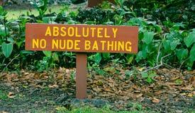 在一个海滩附近的幽默标志在夏威夷 库存照片