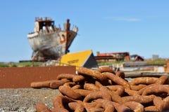 在一个海难前面的老生锈的重链在冰岛干船坞在阿克拉内斯镇作为腐蚀和朽烂的标志 免版税库存照片