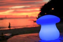 在一个海滩咖啡馆在日落,博拉凯海岛,菲律宾的蓝色台灯 免版税库存照片