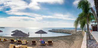 在一个海滩的一个温暖和晴天在利马索尔 免版税库存照片