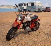 在一个海滩的一辆老摩托车在沙漠 库存照片