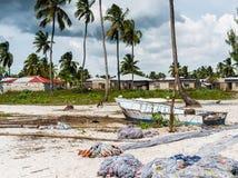 在一个海滩的使用的捕鱼网在非洲村庄附近 免版税库存照片