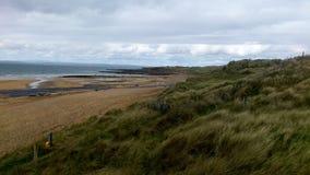 在一个海滩的多云天空在一个大风天在爱尔兰 免版税库存图片