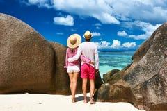 在一个海滩的夫妇在塞舌尔群岛 图库摄影